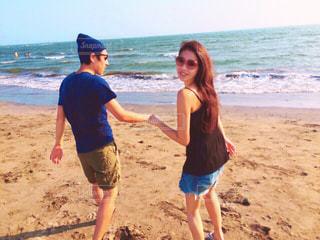 ビーチの砂の上に立っている人のカップルの写真・画像素材[1341480]