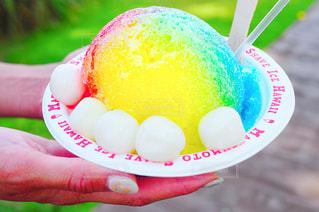 近くにアイスクリームのコーンを持つ手のアップの写真・画像素材[1354211]