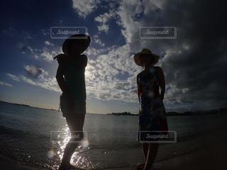 曇り空を歩いている人々 のグループの写真・画像素材[778608]
