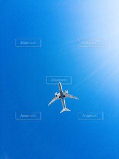 青い空を飛ぶ大型旅客機の写真・画像素材[1316646]