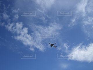 青い空を飛んでいるジェット大型旅客機の写真・画像素材[1318470]