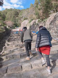 岩の上に立っている人々 のグループの写真・画像素材[1606201]