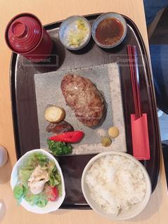 テーブルの上に食べ物のトレイの写真・画像素材[1652189]