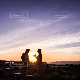 空,夕日,カップル,夕焼け,シルエット,空港,夫婦,黄昏,夕やけ,マジックアワー,伊丹空港,カメラ好き,空色