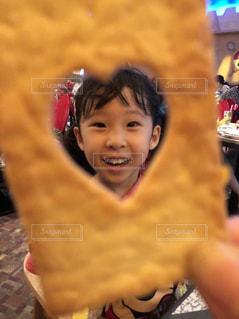 少年と、selfie を取っている女の子の写真・画像素材[1375216]