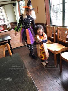 孫とハロウィン仮装の写真・画像素材[2513832]