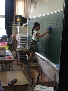 屋内,教室,小学生,勉強,黒板消し,発表
