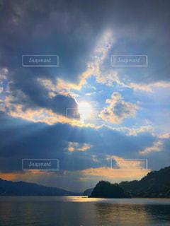 自然,風景,空,屋外,太陽,雲,夕暮れ,水面,海岸,山,光,くもり,日中