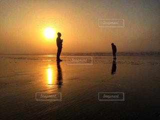 波打ち際のお散歩の写真・画像素材[1390151]