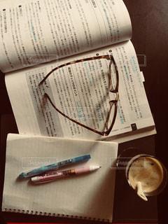 テーブルの上に座っている本の写真・画像素材[1326024]