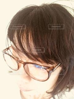 カメラを見てメガネの人の写真・画像素材[1365124]
