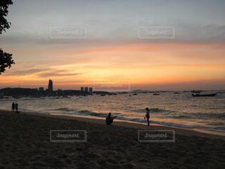 パタヤビーチの夕暮れの写真・画像素材[1303021]