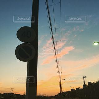 空,夕日,夕焼け,標識,都会