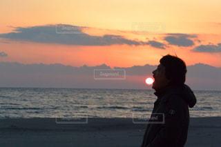 水の体の上に日没の前に立っての写真・画像素材[1301504]