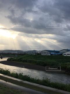 空,雲,散歩,川辺,川,景色,日差し,土手,朝陽