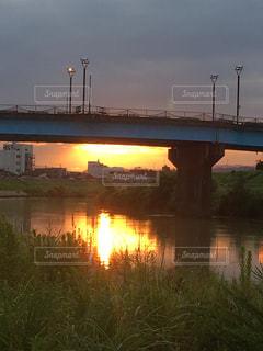 輝ける川面の朝焼けの写真・画像素材[2623618]