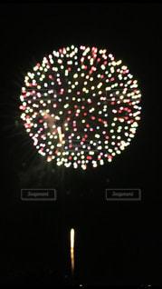 夜空を彩る打ち上げ花火の写真・画像素材[2784880]