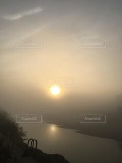 空,屋外,太陽,川,霧,光,日の出,川べり