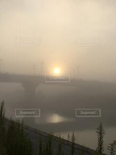 空,橋,屋外,太陽,川,水面,霧,光