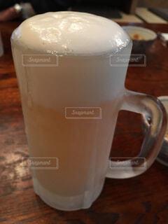 ふわふわの泡の生ビールの写真・画像素材[4311067]