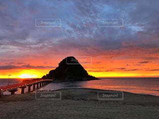 風景,海,空,屋外,雲,波,海辺,海岸,景色,オレンジ,黄昏,たそがれ,浜,日本海,一瞬