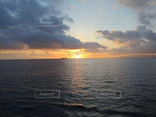 夕日,水平線,ハワイ,Hawaii,雲多め,沈みかけ,海に沈む,船上から,水平線に沈む,オラフ島,夜が近い