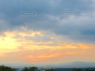 空には雲のグループの写真・画像素材[1305994]