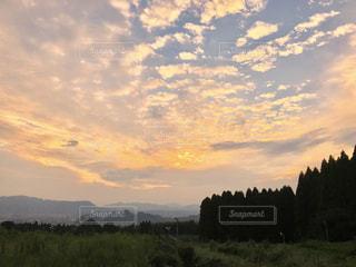 空には雲のグループの写真・画像素材[1306017]
