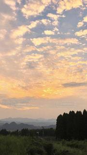 空には雲のグループの写真・画像素材[1306019]