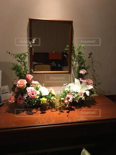 テーブルの上に座って花の花瓶の写真・画像素材[1935262]