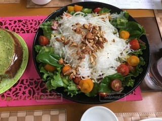 食べ物の皿をテーブルの上に置くの写真・画像素材[3676675]