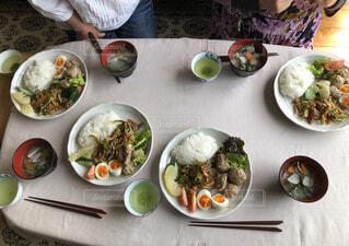 テーブルの上に異なる種類の食べ物が詰まったボウルの写真・画像素材[4298467]