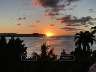 グアムの海に沈む夕日の写真・画像素材[1304552]