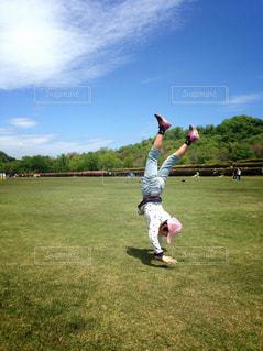 子ども,運動,遊び,練習,倒立,ひとりじめ,青空の下で,どこでも