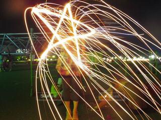 花火でお絵かき中の写真・画像素材[1315056]