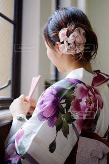 窓際の浴衣の女性の写真・画像素材[1412176]