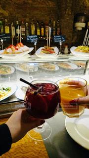 食べ物,皿,グラス,乾杯,ドリンク,ピンチョス,サングリア,手元