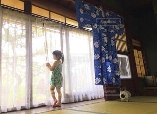 窓の前に立っている人の写真・画像素材[4640278]
