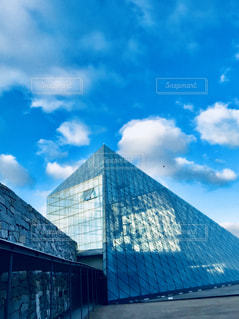 ガラスのピラミッドの写真・画像素材[1368515]