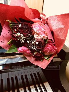花束とピアノの写真・画像素材[1395402]