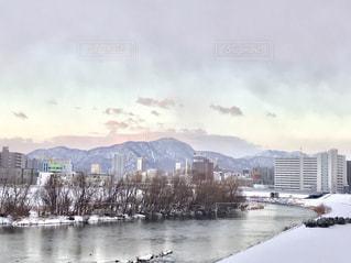 冬の河川敷の景色の写真・画像素材[1689745]