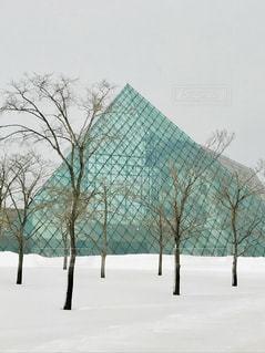 冬のガラスのピラミッドの写真・画像素材[1736449]