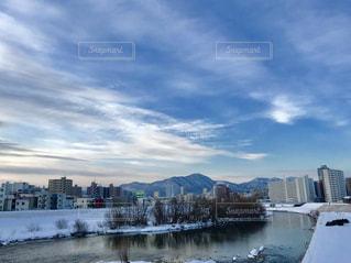冬の河川敷から見える街の景色の写真・画像素材[1754623]