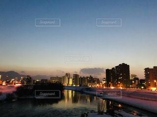 川に移る札幌の夜景の写真・画像素材[1805297]