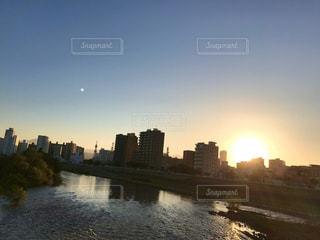空,街並み,屋外,太陽,夕焼け,川,景色,街,光,街の景色,オレンジ色,夕暮れ時,豊平川,札幌市