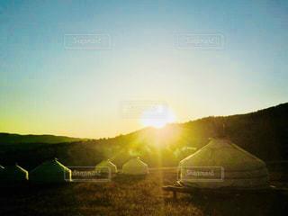 モンゴルゲルに沈む夕陽の写真・画像素材[1309325]
