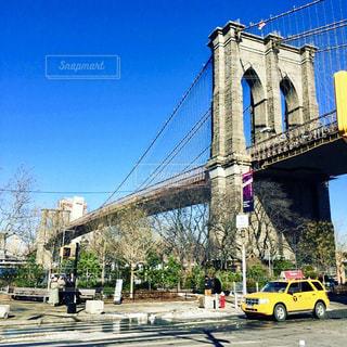 ブルックリンブリッジとイエローキャブの写真・画像素材[1312938]
