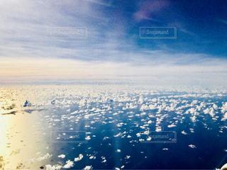 飛行機の窓から空と海の写真・画像素材[1314900]