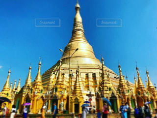 空に輝く金色の仏塔の写真・画像素材[1315907]