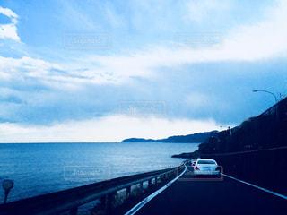 海岸沿いに走る車の写真・画像素材[1321727]